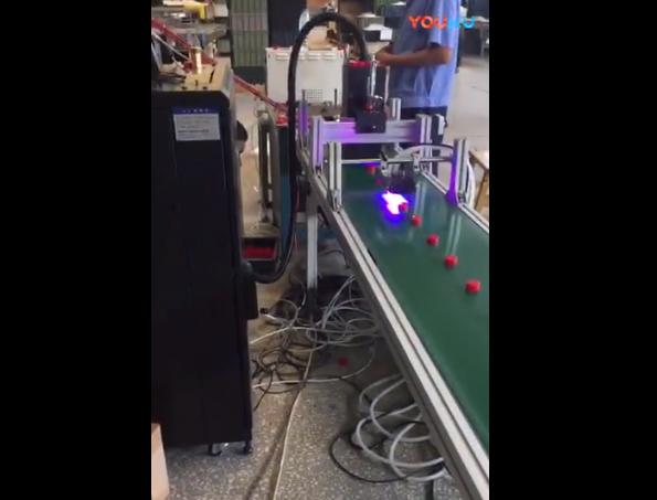 UV喷码机给酒瓶盖子喷二维码